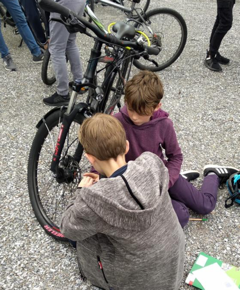 Kinder sin an der Montage der Speichenreflektoren um im Strassenverkehr gesehen zu werden