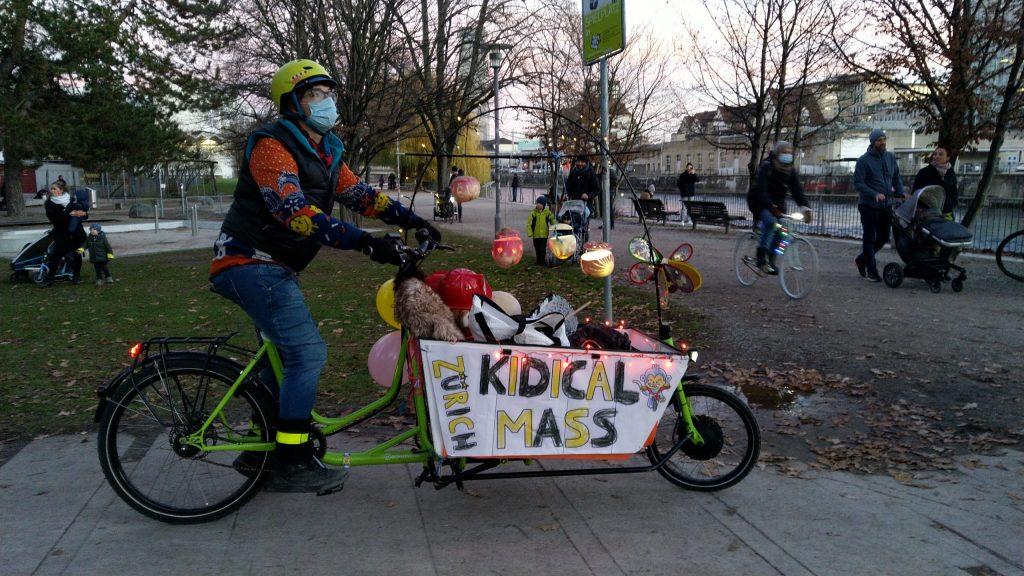 Cargovelo dekoriert mit Kidical Mass Zürich im GZ von Wipkingen